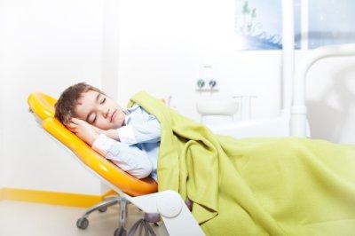 безопасное лечение зубов ребенку во сне