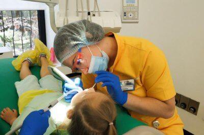 Нанесение зубных герметиков