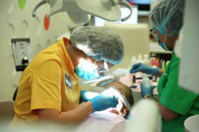 коронки на молочные зубы в клинике Крокодент